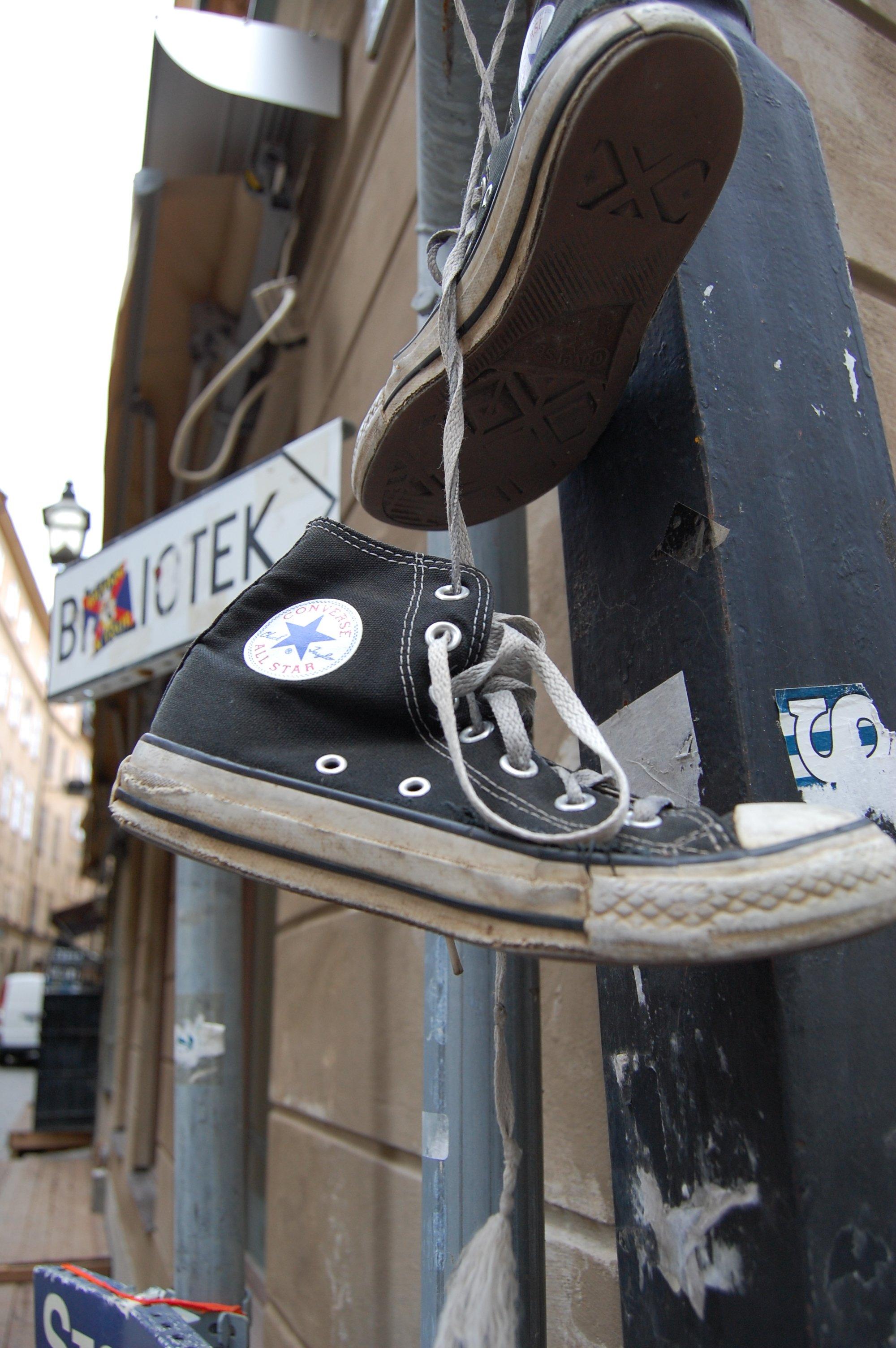 stockholm_oldcityhunt_shoeshanging