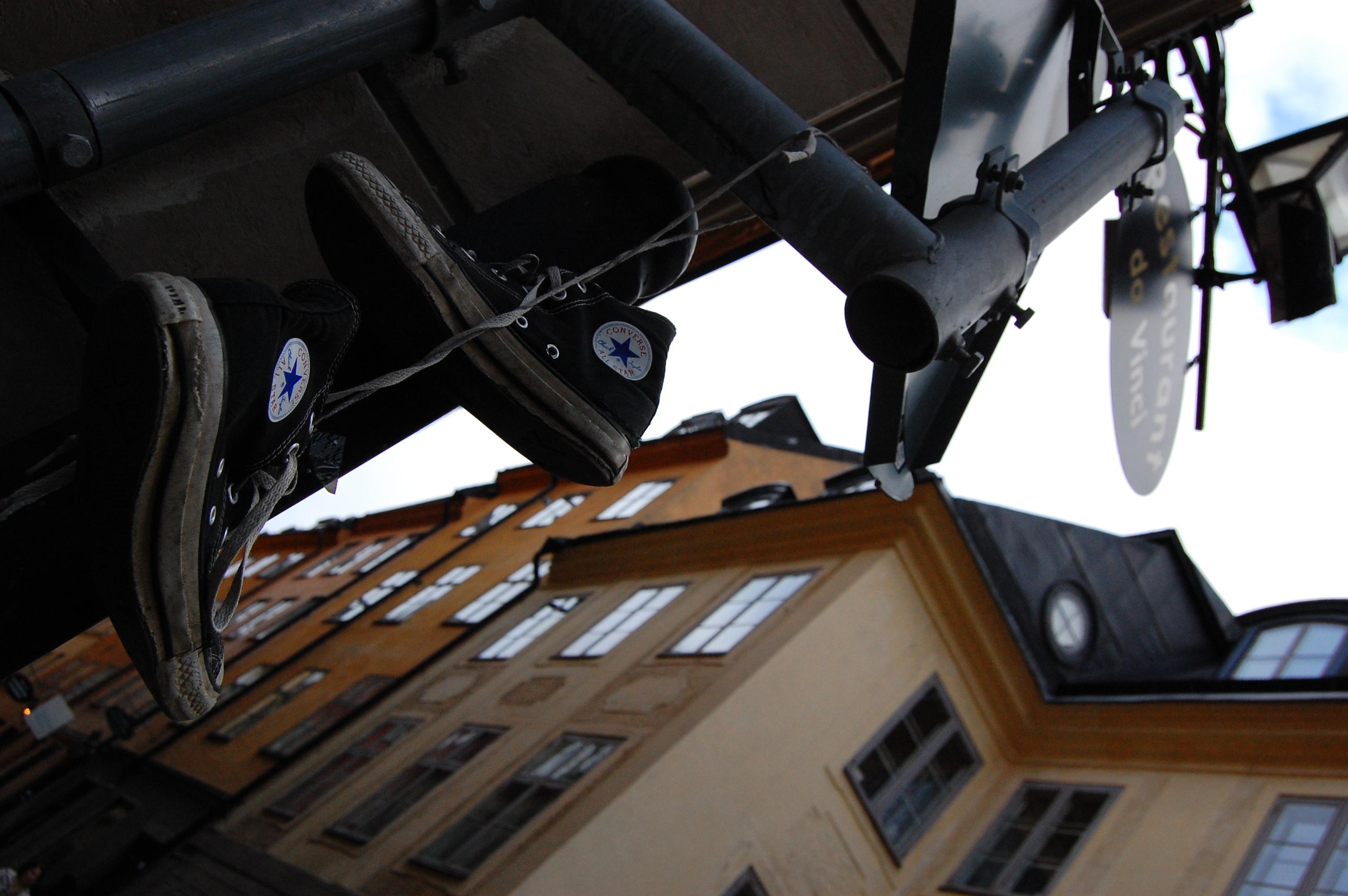 stockholm_oldcityhunt_shoeshanging2